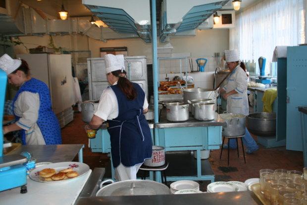 Черв'яки в супі - це провокація: скандал зі шкільної їдальні намагаються зам'яти