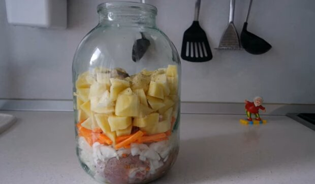 Картошка, запеченная в банке, скриншот: YouTube