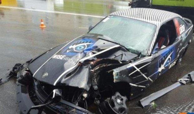 У Києві автомобіль в'їхав в електроопору, є постраждалі