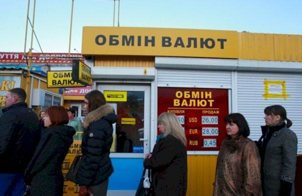 Курс валют на 16 декабря: гривна строит глазки доллару и евро, украинцам это на руку