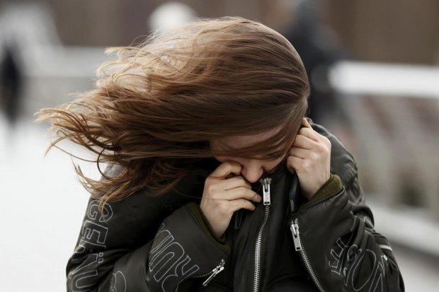 """Оскаженіла стихія """"роздягла"""" десятки будинків у Києві: відео вітряного Апокаліпсису"""