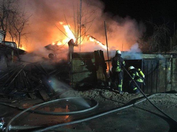 Нічні вибухи порушили сон Києва: полум'я поглинуло житловий будинок