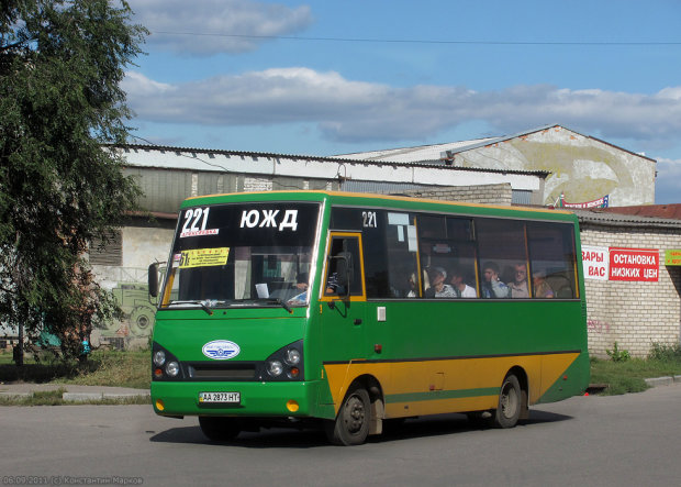 """У Харкові переповнена маршрутка спалахнула на ходу: катають у """"крематоріях"""" на колесах"""