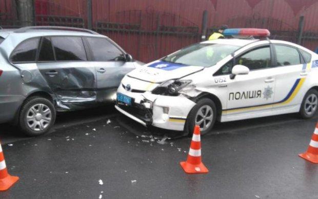 """Таксист-лихач """"під кайфом"""" протаранив поліцейських: є постраждалі"""