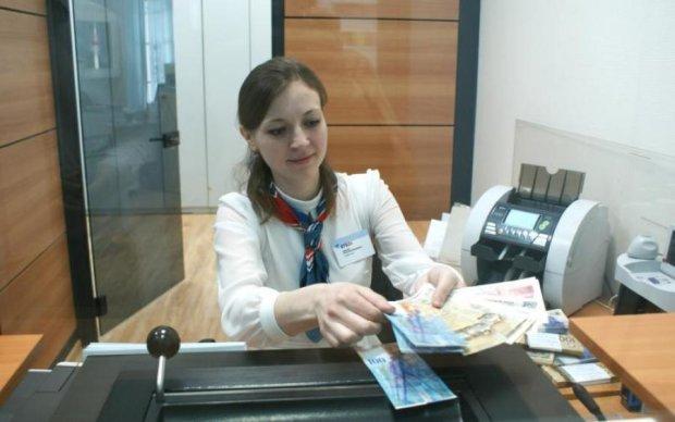 Достали даже заначки: украинцы массово сдают иностранную валюту