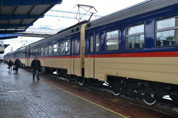 """Поїзд """"Укрзалізниці"""" атакували невідомі, вціліти вдалося не всім: від кадрів мороз по шкірі"""