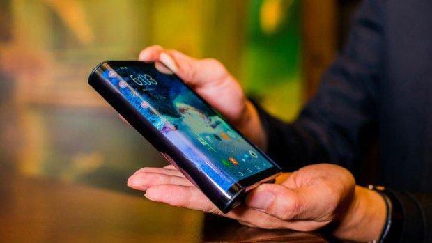 Первый в мире гибкий смартфон сломали до начала продаж
