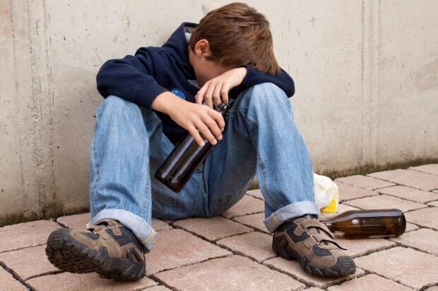 Украинские подростки массово пристрастились к алкоголю и наркотикам: пугающая статистика
