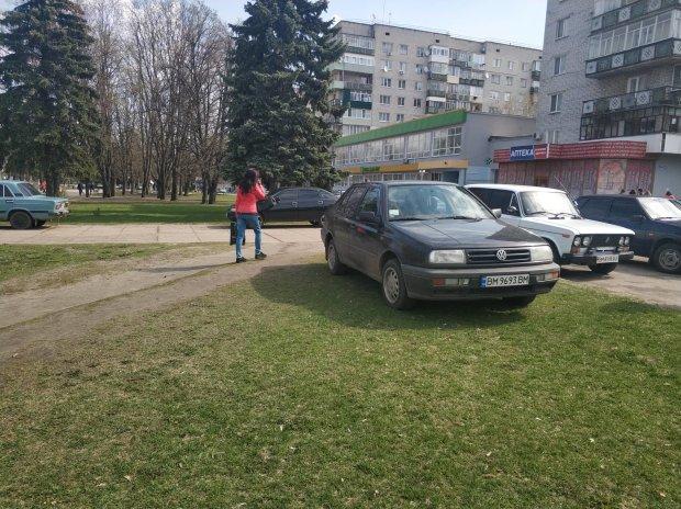 """Одесити оголосили війну героям парковок, машину як вітром здуло: кадри """"перевиховання"""" автохама"""