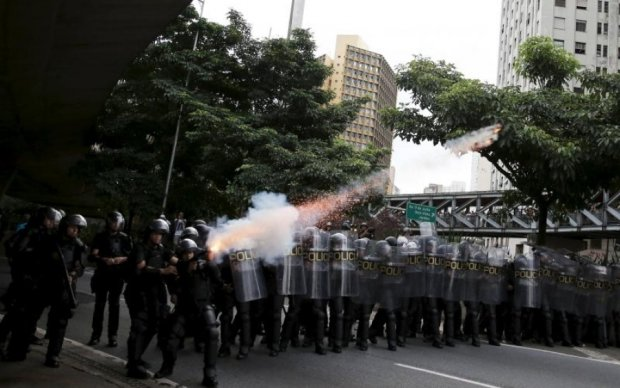 Світлошумові гранати: як у Бразилії протестували проти пенсійної реформи
