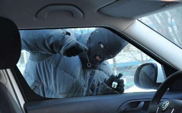 В Киеве вор-скорострел обчистил машину за 6 секунд: момент попал на видео
