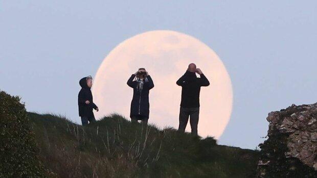 Розовая суперлуна в Ирландии, фото PA MEDIA