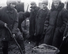 Поиск хлеба в одном из украинских сел во время Голодомора