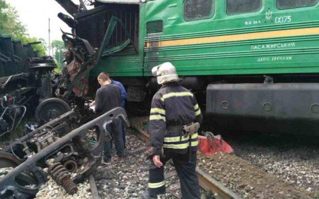 Кровавое месиво из людей и металла: поезд превратил авто в фарш
