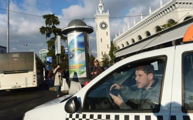 Таксист заставил халявщиков умыться зеленкой: видео