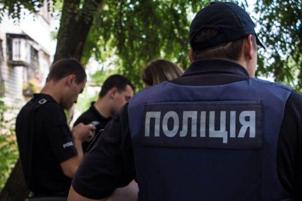 В Харькове водитель легковушки влетел в столб, медики сделали все возможное