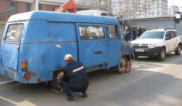 В Киеве убирают старые автомобили из-за угрозы терроризма