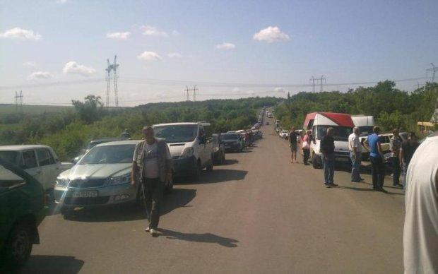 Кілометрові черги та затори: українці застрягли на кордоні