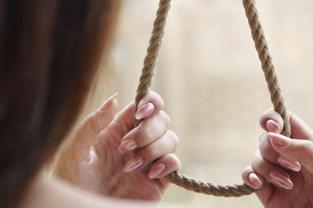 Зарезала дочь и задушила сына: мать после кровавой расправы над детьми покончила с собой