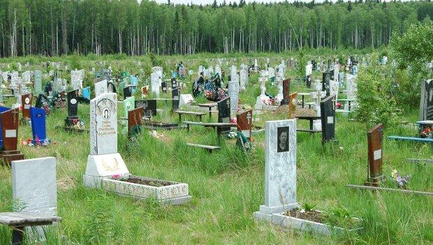 Під Дніпром чоловік не пережив Перший дзвоник - помер на цвинтарі під хрестом