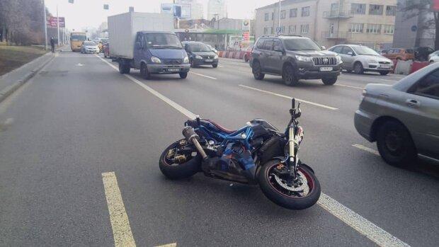 Під Києвом катафалк з мерцем розчавив байкера - мотоцикл вщент, дорога в крові