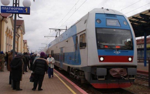 Укрзалізниця перетворила купе на багатоповерхівку: пасажири шукають вхід