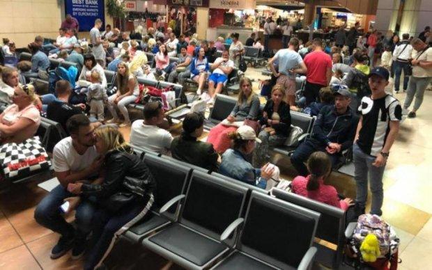 У київському аеропорту справжній колапс: від українців активно морозяться