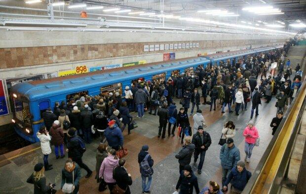 Киевлянам устроили адский понедельник в метро, толкучка и очереди как за колбасой: кадры скандала