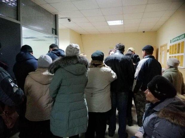 """Столицю захлиснули """"побочні дії"""" монетизації: в банках – штовханина, люди чекають годинами"""