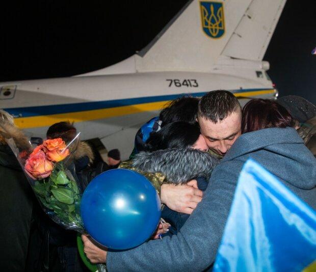 """Звільненим з полону українцям нікуди йти з """"Феофанії"""": що буде з колишніми бранцями"""