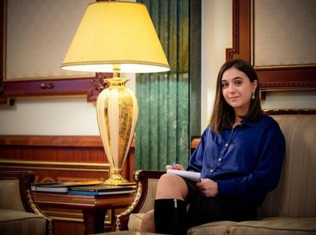 """Пресс-секретарь Мендель в """"халате"""" прильнула к Зеленскому, первой леди лучше этого не видеть"""