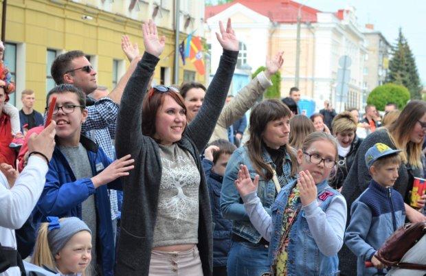 Украинские мамочки с детьми натанцевали на рекорд: веселые фото