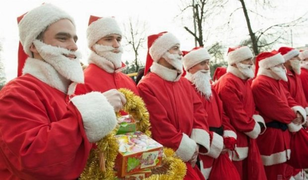 Десант из 70 Дедов Морозов поздравил больных детей (фото)