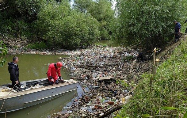"""Из рек Закарпатье вылавливают мусор вместо рыбы, пробки на 5 метров: """"Это Индия?"""""""