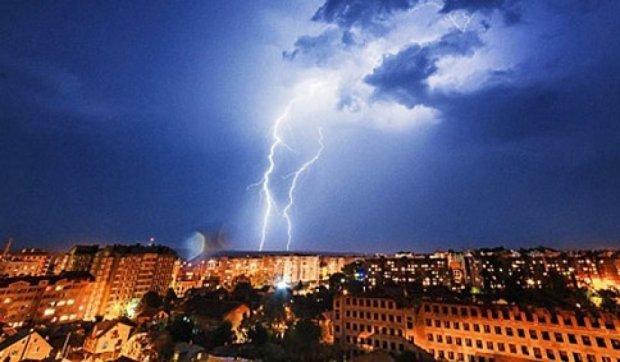 Молнии в ночном небе Ивано-Франковска (фото)