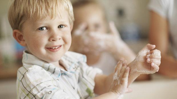 Антисептик або мило: вчені розповіли, чим краще мити руки дітям