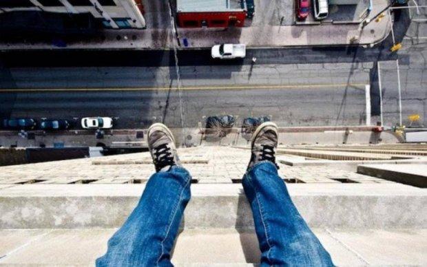 Копы спасли самоубийцу за секунду до гибели: видео