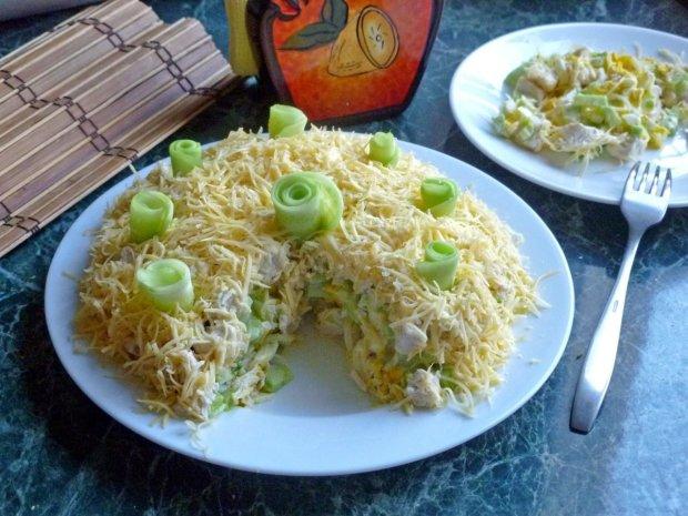 Салат з куркою і печерицями шарами: швидкий і смачний рецепт