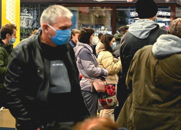 Головні новини за 29 грудня: українці масово знімають гроші, податкова відпочиває, а НБУ закуповує мішки