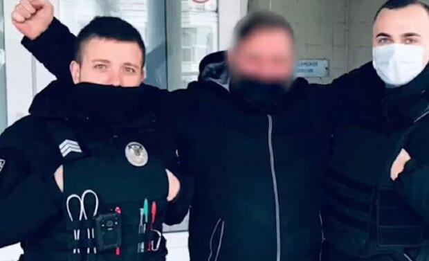 Патрульні допомогли чоловікові, кадр з відео: Facebook Патрульна поліція Києва