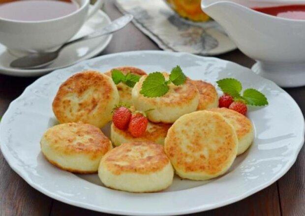 Улюблений сніданок: рецепт ніжних сирників з манкою
