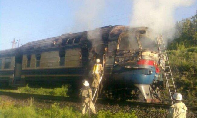 Пассажирский поезд загорелся прямо на ходу: фото
