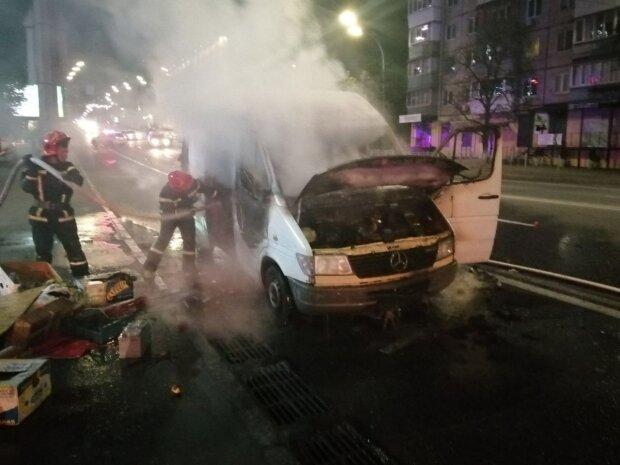 В Киеве автобус посреди улицы превратился в пылающий факел – пожарные не успели спасти