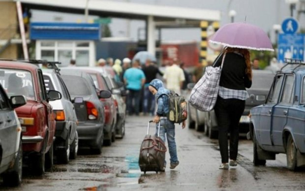 Вербують сім'ями: якими пільгами Польща заманює українців