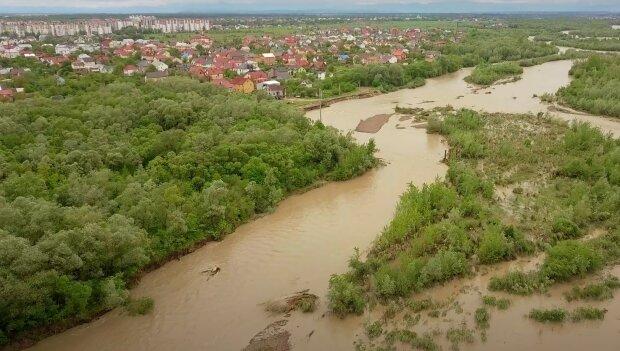 На Франківщині річки виходять з берегів, може затопити - синоптики попередили про потужну повінь