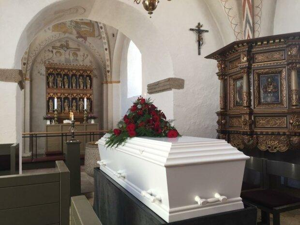 """Иисус Христос бы обзавидовался: старушка дважды воскресла на своих похоронах, """"гудела"""" вся деревня"""