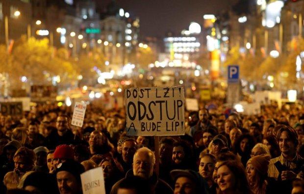 Прагу парализовали многотысячные митинги, коррупционные игры довели людей до предела