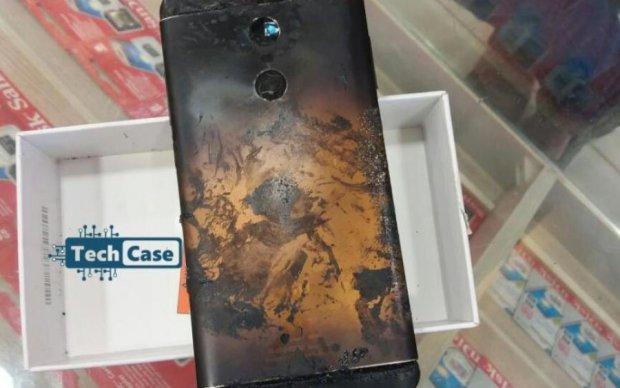 """""""Гаряча"""" новинка: вибух нового телефону зняли на камеру"""