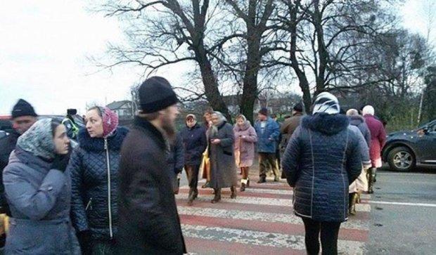 Верующие УПЦ перекрыли трассу Киев-Чоп (фото)