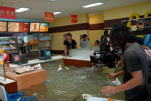 Затопленный Макдональдс. Фото: Дуделка.